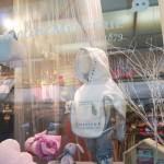 Les nouveaux ateliers Frou-Frou et leur vitrine : douceur enfantine en rose ou bleu