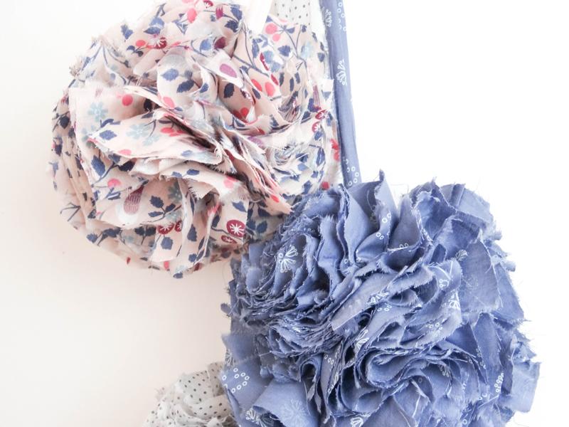 le diy pompons en tissu frou frou le blog couture frou. Black Bedroom Furniture Sets. Home Design Ideas